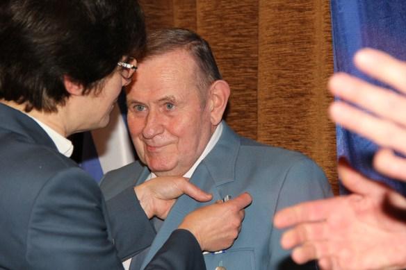 Nach der Laudatio erhält Joachim Bonack seinen Orden aus den Händen der Ortsbeauftragten.
