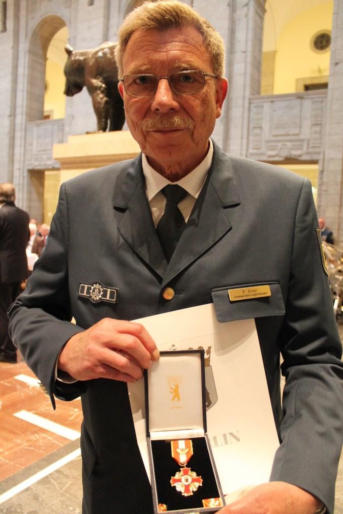 Jugendbetreuer Per Ernst mit seinem Ehrenzeichen und der Urkunde. Foto: THW/Sascha Barnewske