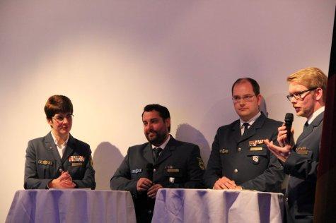 Das Podium mit Hedwig Karkut, Robert Koch, Christian Utech und Moderator. Bild:THW/Paul Jerchel
