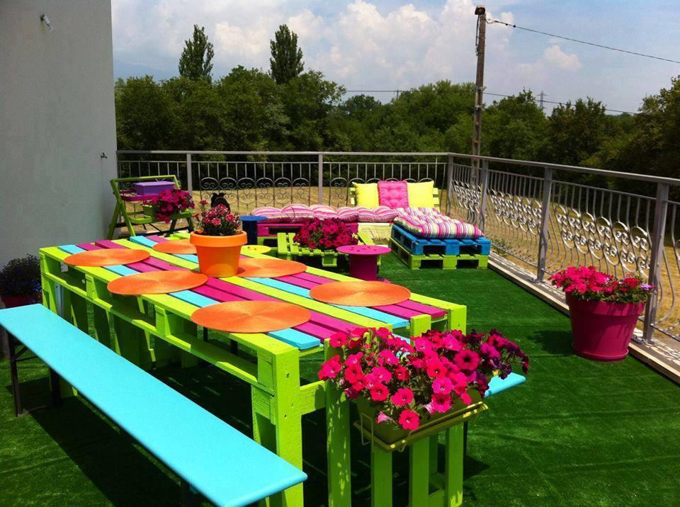 mesa e sofá pallets colorido