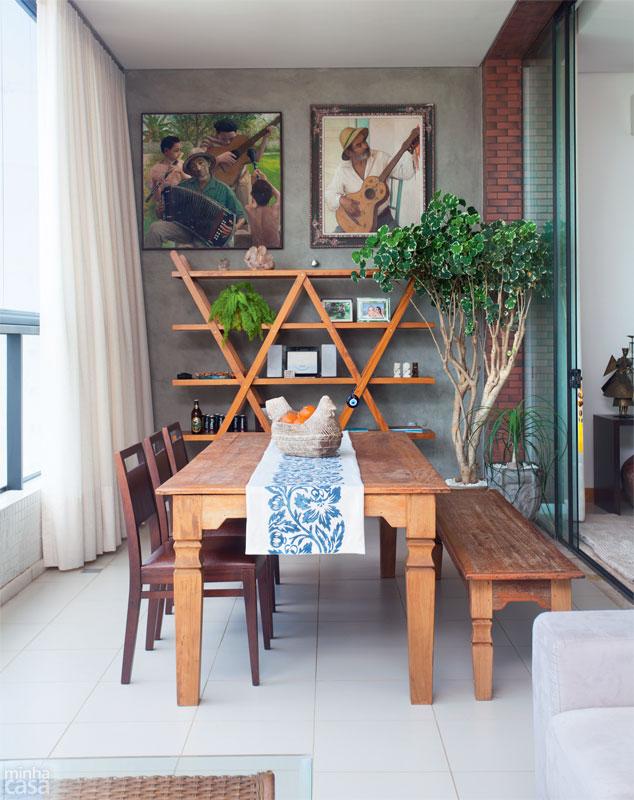 varanda com mesa rústica