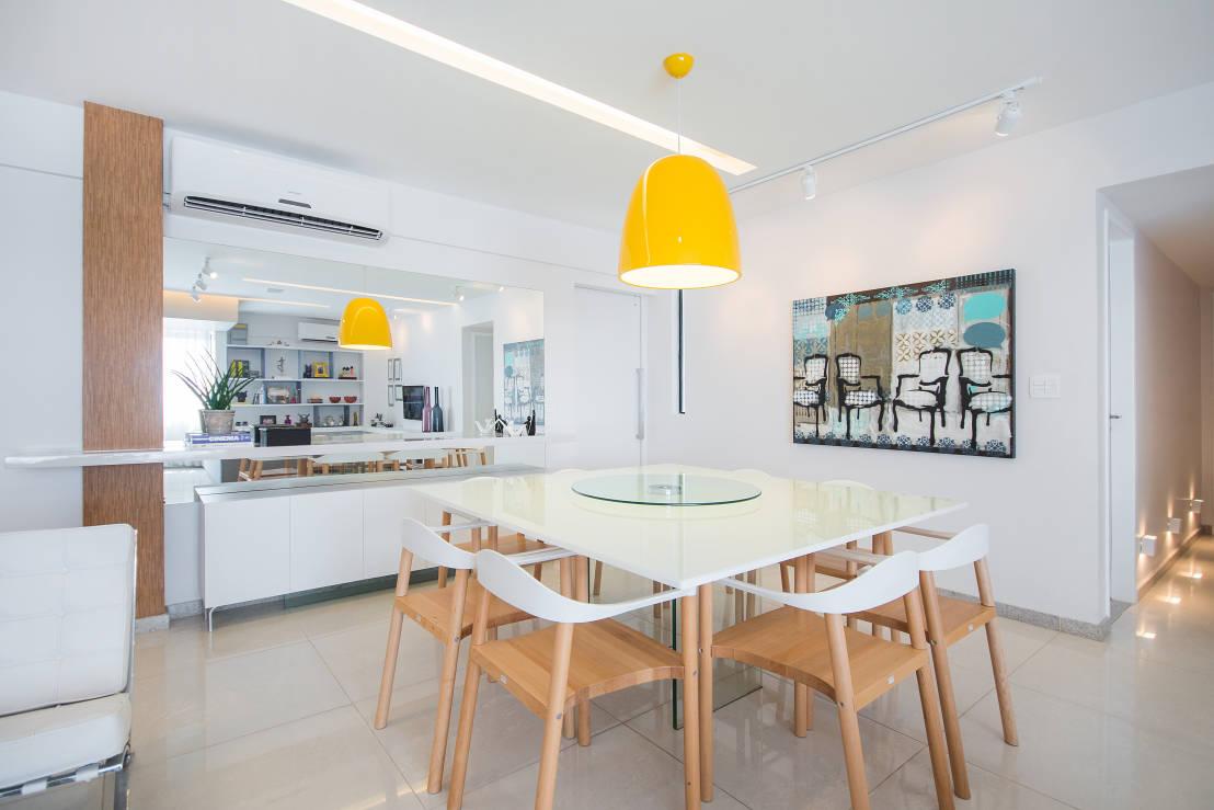 Sala de jantar com uma mesa linda branca