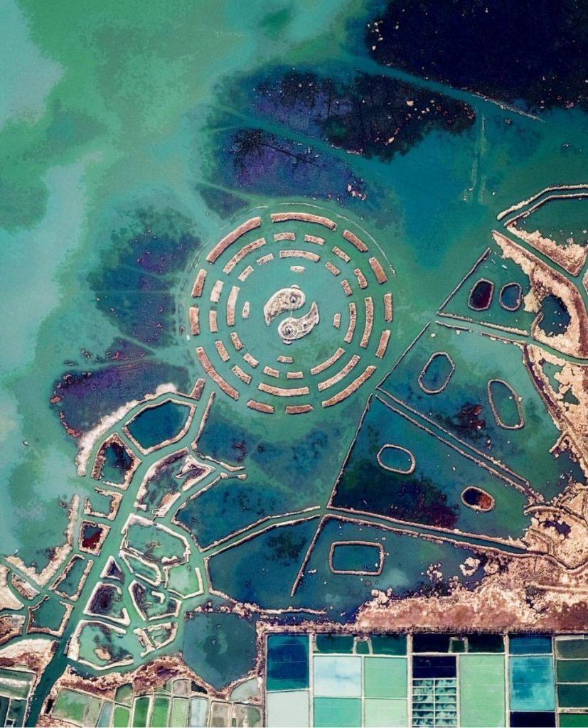 Photographie aérienne :  le diagramme taoïste du bagua est visible dans le lac Changdang dans la province de Jiangsu