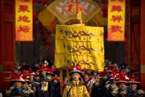 Cérémonie de la dynastie Qing lors d'une fête au temple dans le parc Ditan à Beijing, le mardi 5 février 2019, photographie de Mark Schiefelbein