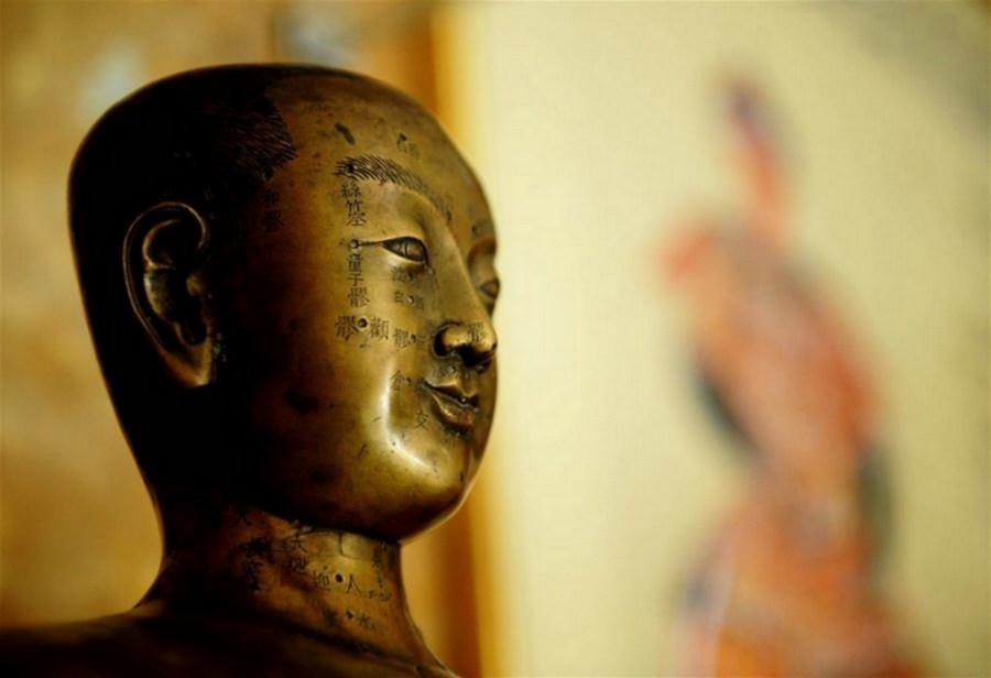 Détails d'une ancienne figure de bronze utilisée pour l'enseignement et la recherche en acupuncture, par le chinois Tongrentang, un géant pharmaceutique ayant plus de 300 ans d'histoire, Beijing 2008