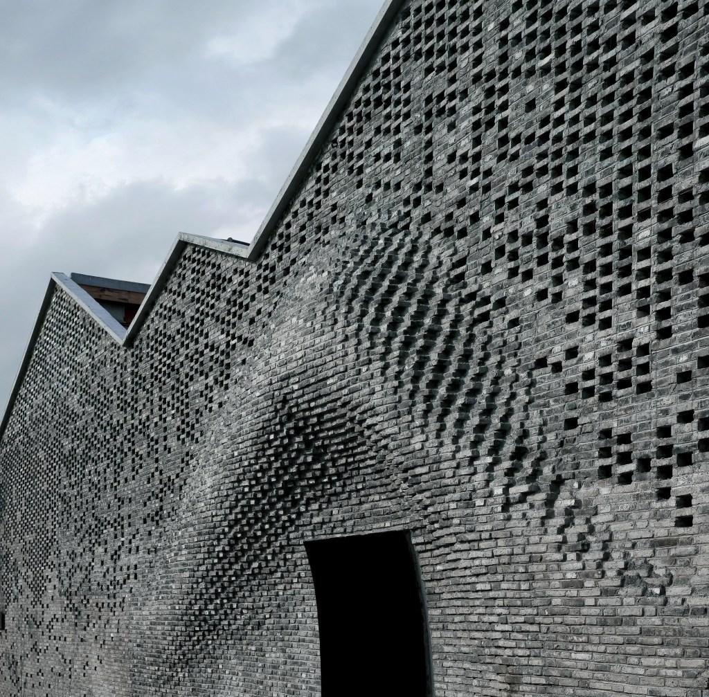 Façade en brique ondulante d'une galerie d'art située dans le district de West Bund à Shanghai, is Archi-Union Architects