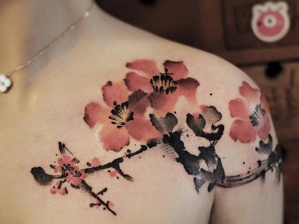 Fleurs sur épaule, tatouage de Chen Jie
