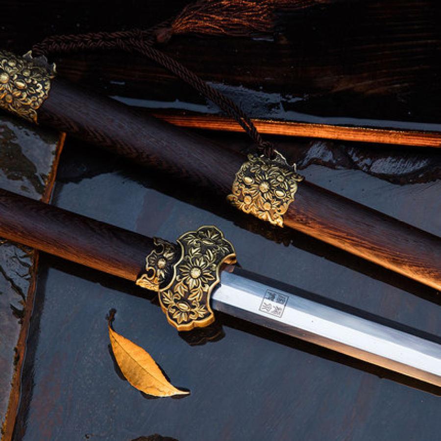 Pommeau d'épée en forme de fleur, création de Guo Jiaxing