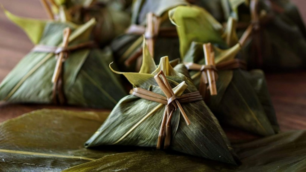 Photographie de zòngzi, un plat traditionnel originaire du centre de la Chine continentale.