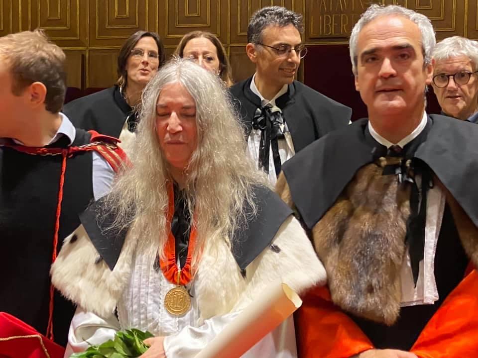 L'Université de Padoue a le plaisir et l'honneur de décerner un doctorat honorifique en langues et littérature européennes et américaines à Patti Smith