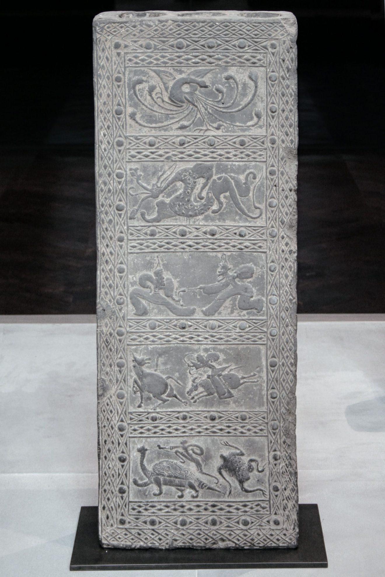 Stèle de terre cuite de la dynastie des Han, représentant des scènes de chasse et de bataille contenant des figures emblématiques des cinq directions cardinales, Musée Cernuschi,