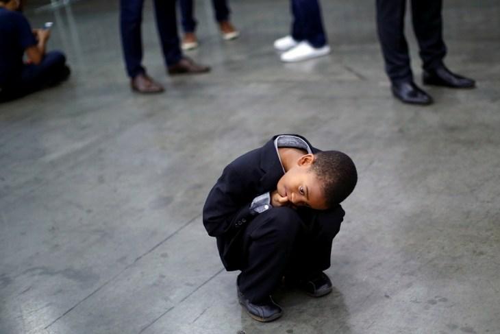 Photographie d'un enfant accroupi
