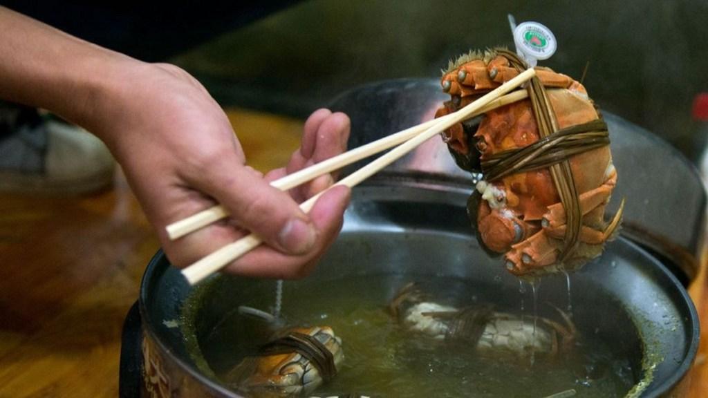 Crabes poilus cuisiné sur un marché de Shanghai