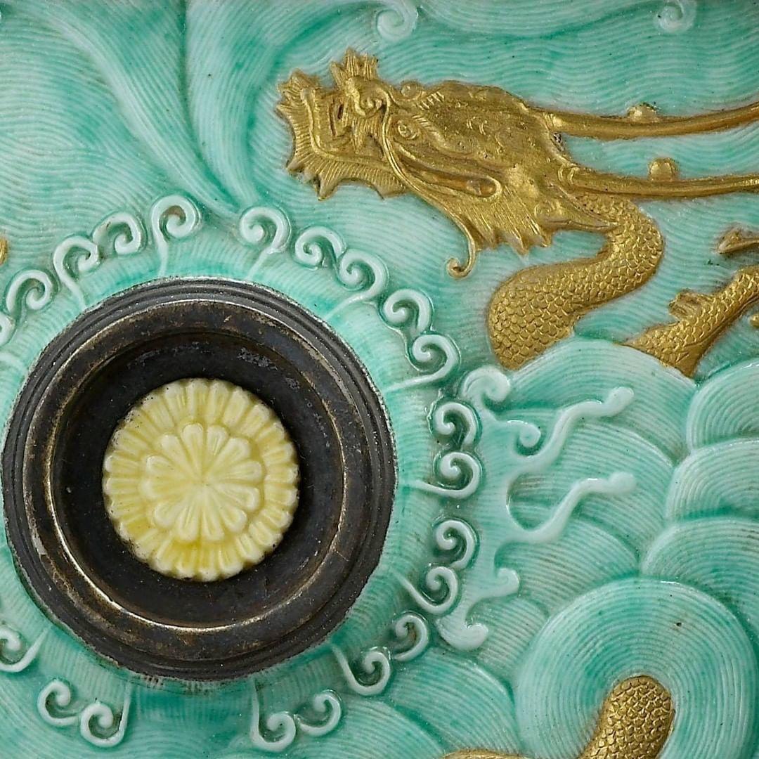 Détail coupe à décor de dragon émergeant des flots, porcelaine, début du 19e siècle