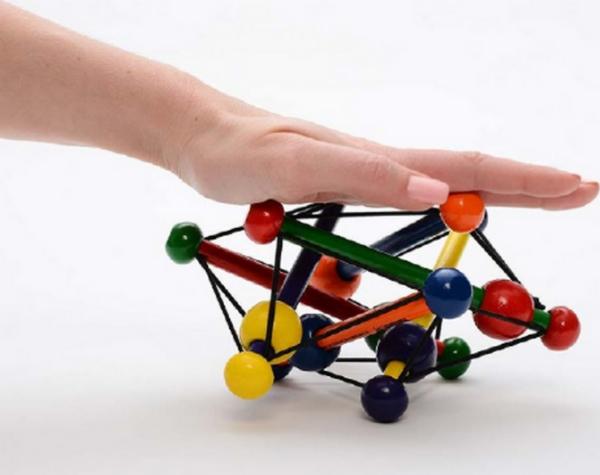 Contrainte, la structure tensègre se déforme, se rigidifie, s'adapte dans un nouvel équilibre