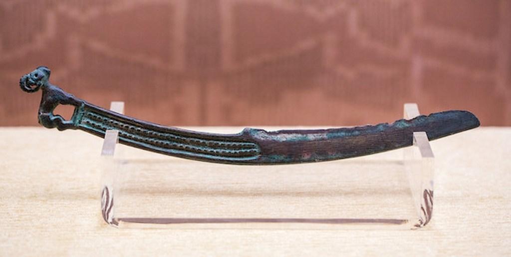 Cimeterre en bronze, manche en forme de mouton, dynastie Shang