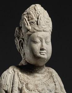 Détail d'une sculpture en marbre blanc d'un bodhisattva, dynastie Tang