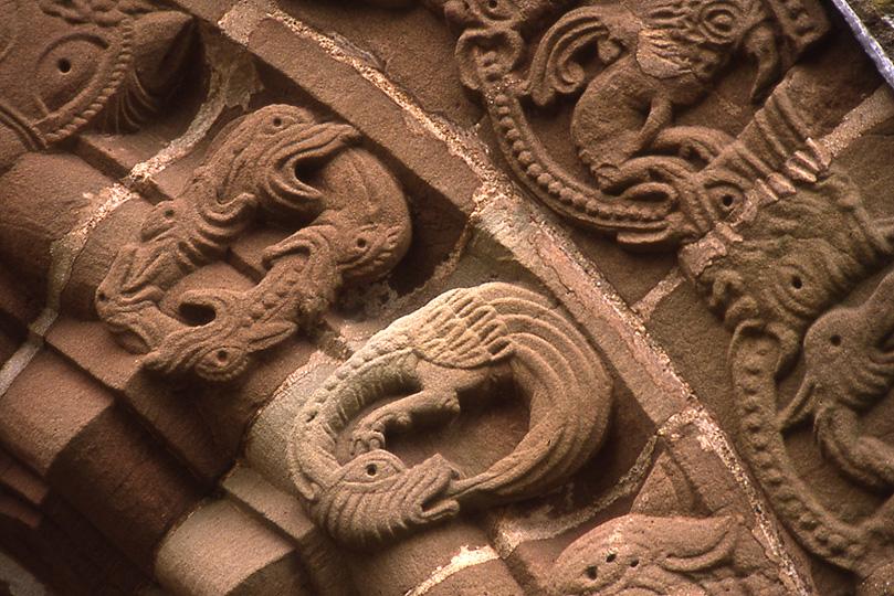 Série de serpents qui se mordent la queue de la porte sud de l'église de Sainte-Marie et Saint-David