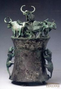 Conteneur de cauris en bronze avec poignées en forme de tigre et sept bœufs