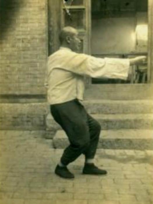 Le jeune Fu Jianqiu pratiquant le 崩拳 bēng quán : le poing écrasant