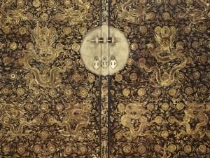 Armoire à décor de dragons, détail, Chine, dynastie Ming (1368-1644), marque et règne de Wanli (1573-1619), bois laqué et doré, ancienne collection de Cayeux, musée Guimet