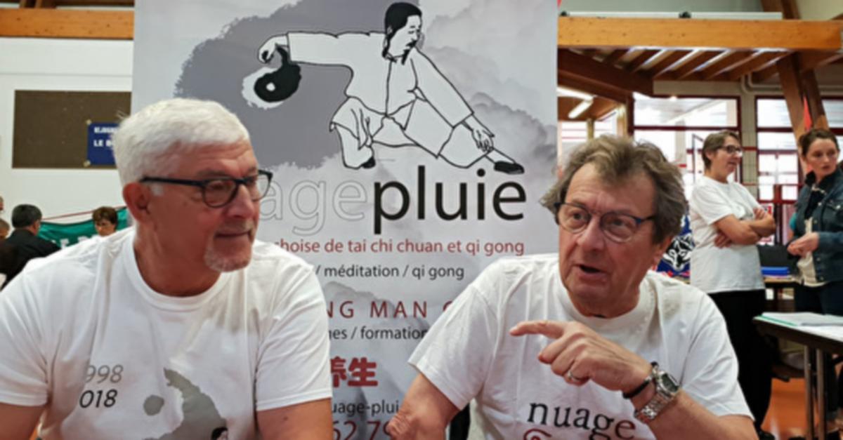 José et Jean-Pierre tiennent le stand de Nuage-Pluie au salon des association de Villefranche de Rouergue