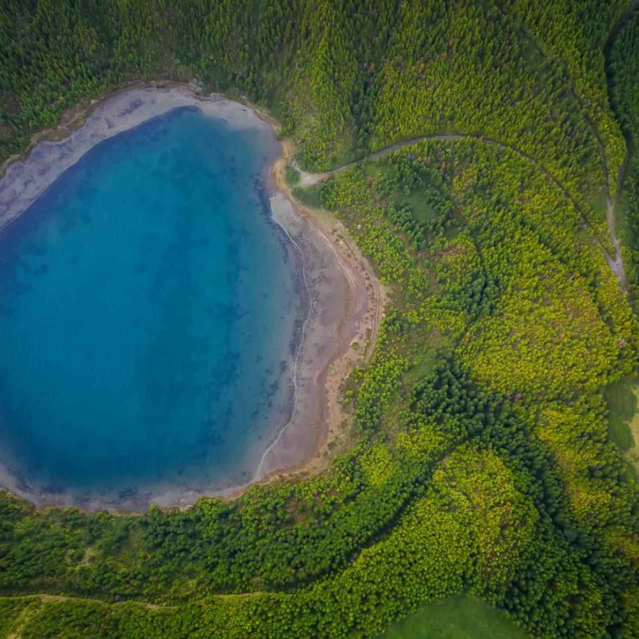 Petit lac dans un cratère volcanique des Açores, photographie de Kah-Wai Lin