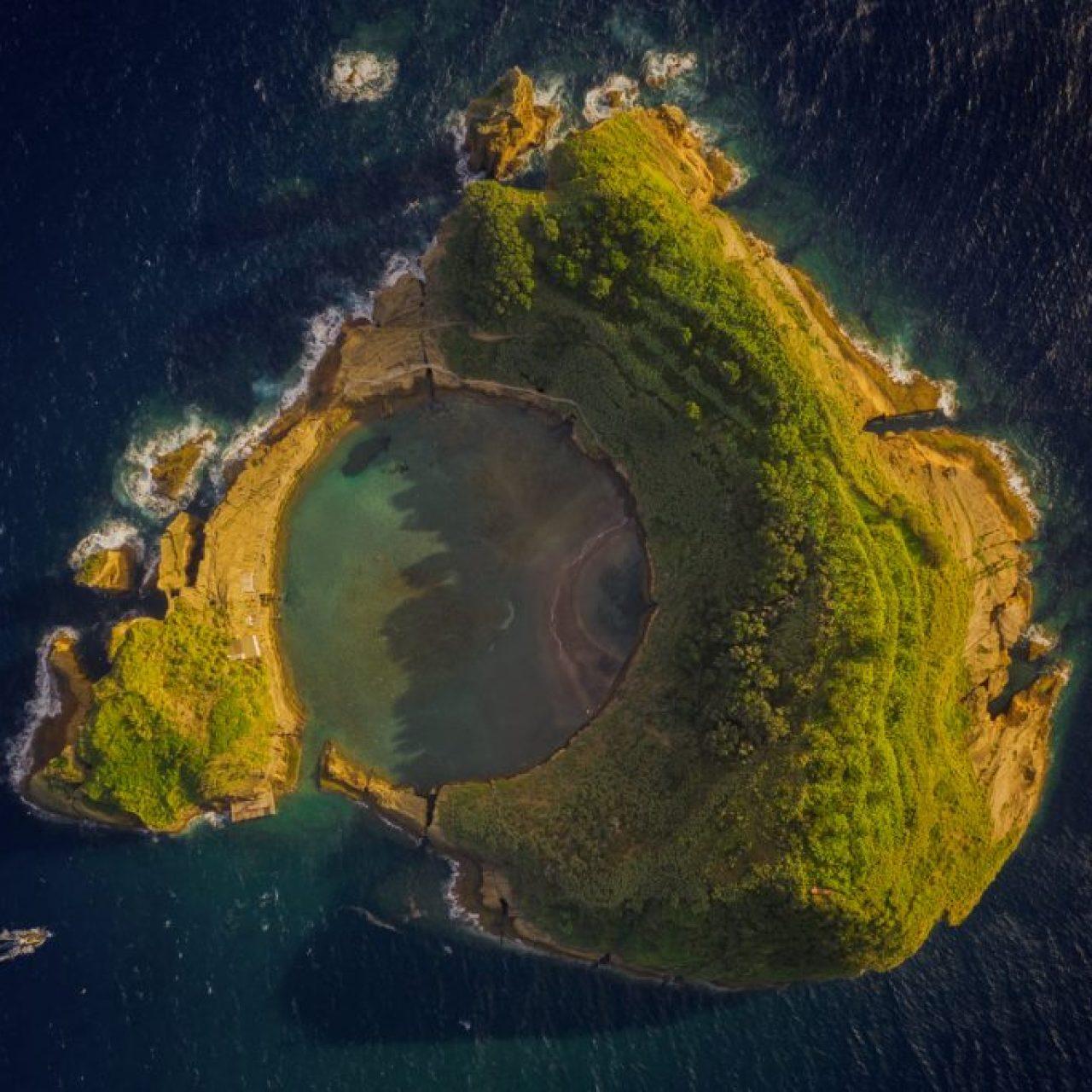 Lac d'une île des Açores. photographie de Kah-Wai Lin