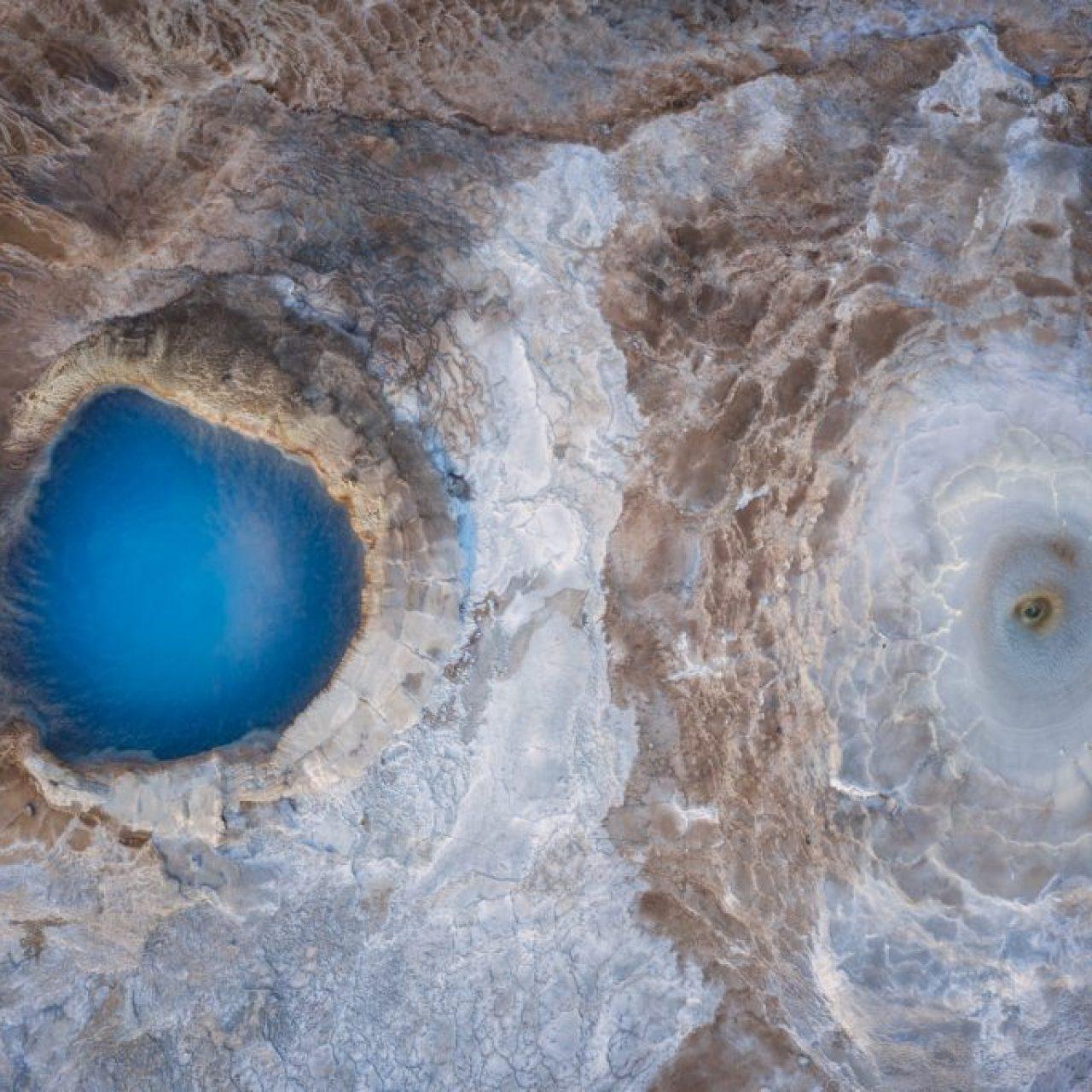 Vue aérienne des piscines géothermiques dans les hautes terres islandaises, photographie Kah-Wai Lin