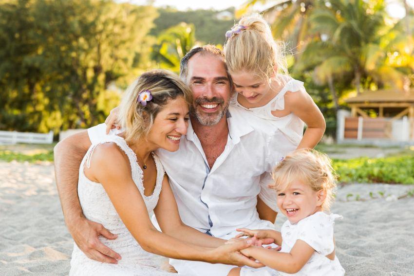 Un photo de famille heureuse sur une plage de la Réunion par la photographe de famille Fanny Tiara