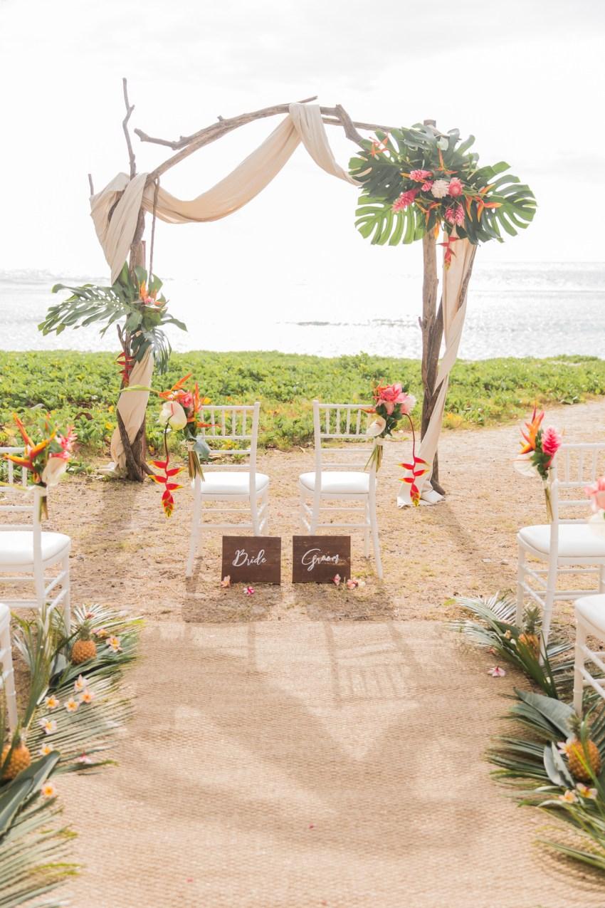 Décoration tropicale pour une cérémonie laïque sur la plage