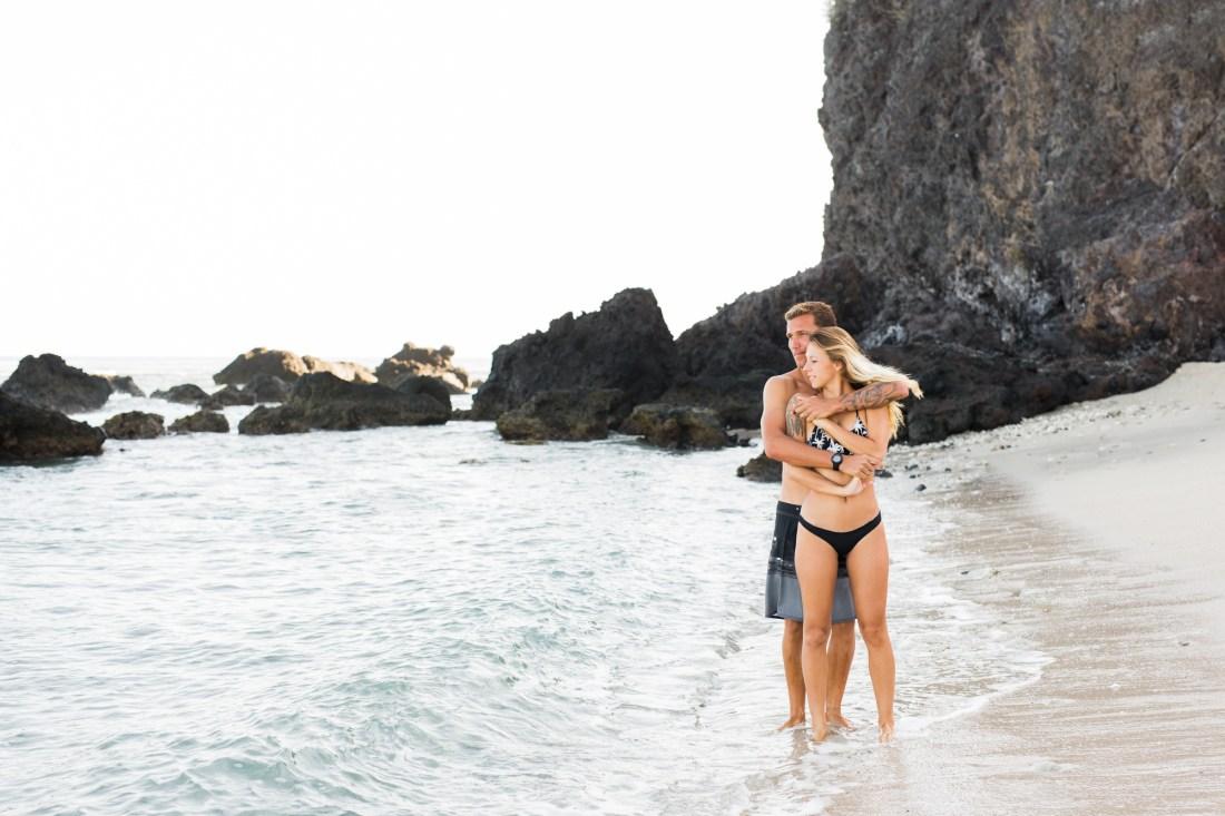 Un couple qui senlace sur une plage de l'île de la Réunion lors de leur séance photo