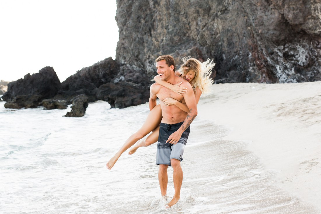 Un couple qui s'amuse sur une plage de l'île de la Réunion lors de leur séance photo