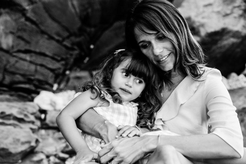Un moment câlin rempli de tendresse entre une maman et sa fille lors d'une séance photo par la photographe de famille Fanny Tiara