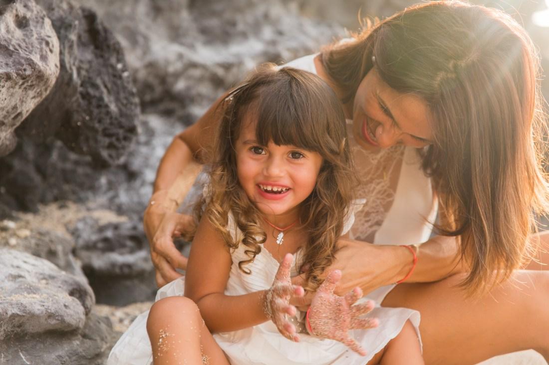 Chatouille entre une maman et son enfant lors d'une séance par la photographe de famille Fanny Tiara