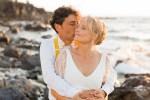 photo de couple au coucher du soleil sur une plage de la réunion