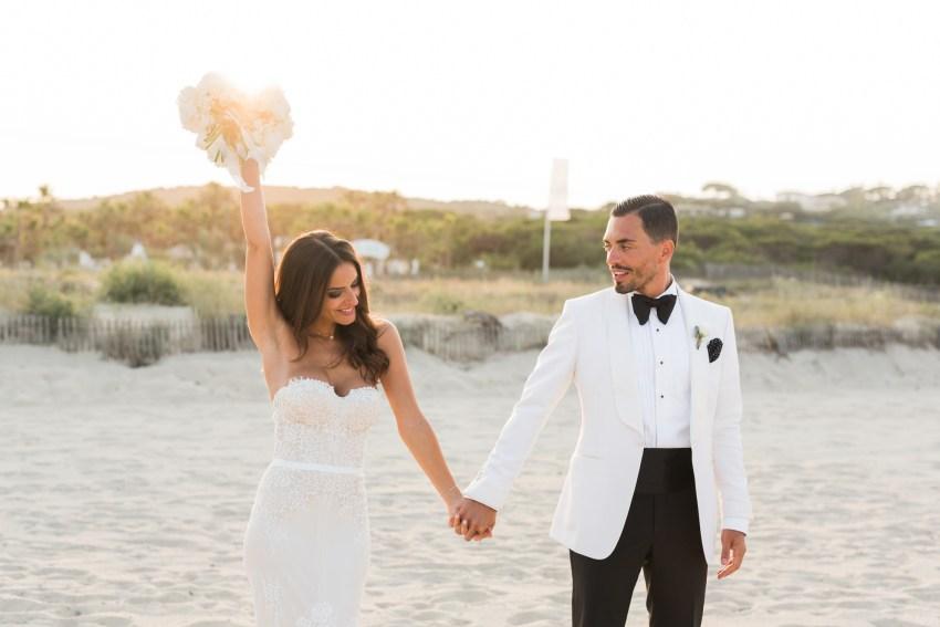 un couple de marié sur la plage de ramatuelle proche de saint tropez