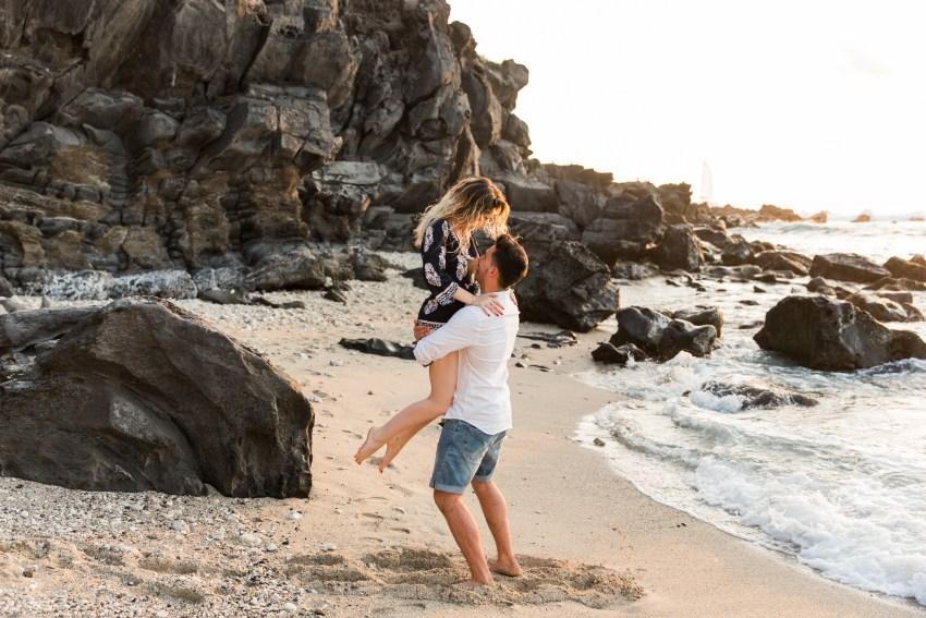 Une couple sur la plage au coucher du soleil à la Réunion