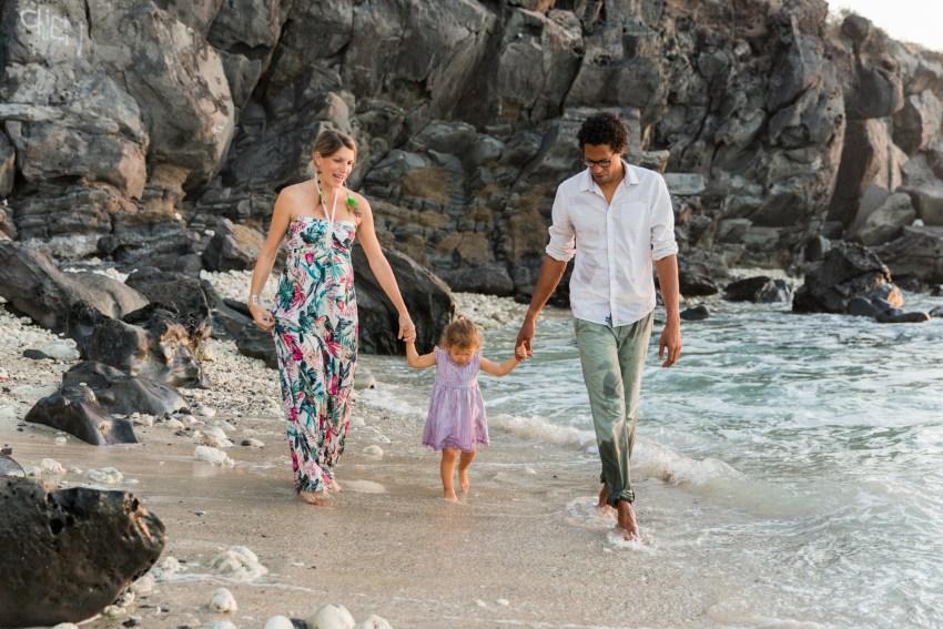 une séance grossesse et famille sur la plage