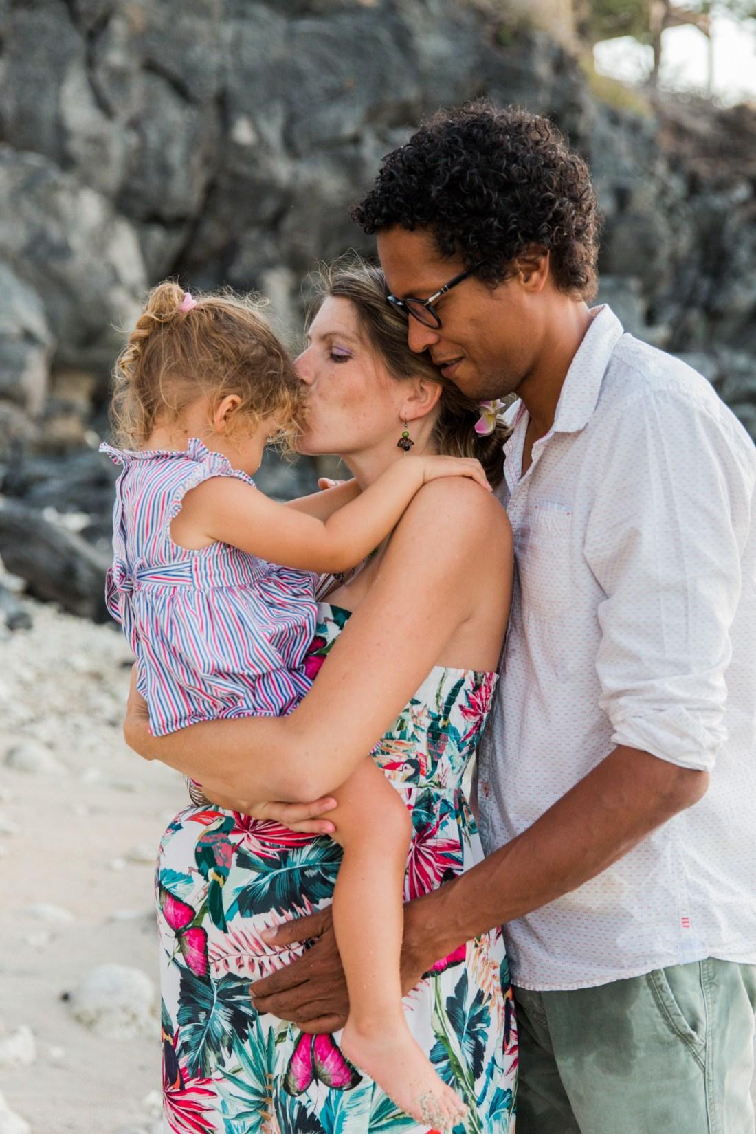 Une famille sur la plage de saint gilles les bains à la Réunion