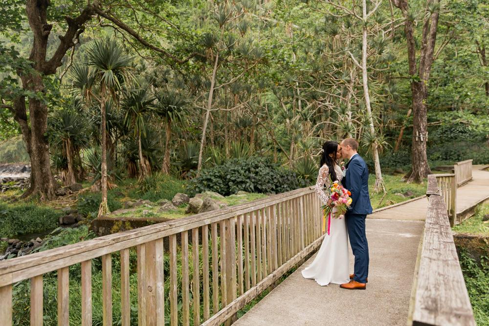 Un couple le jour de leur mariage tropical à l'anse des cascades