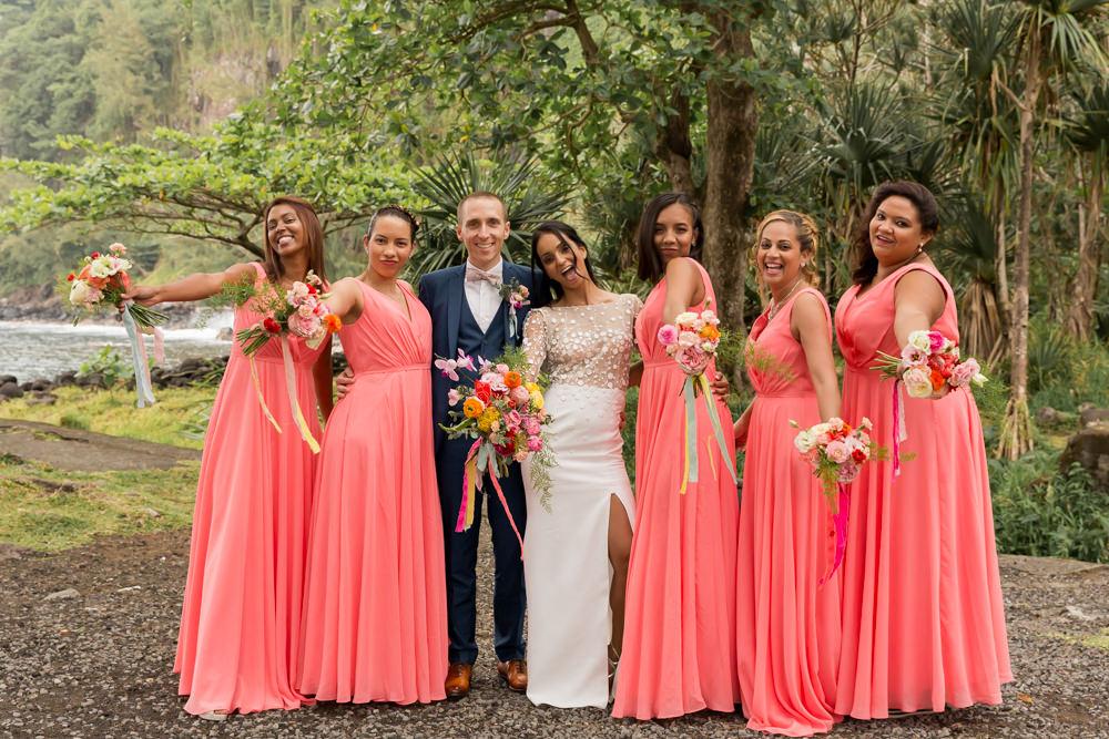 Des photos de groupe lors d'un mariage tropical à l'anse des cascades