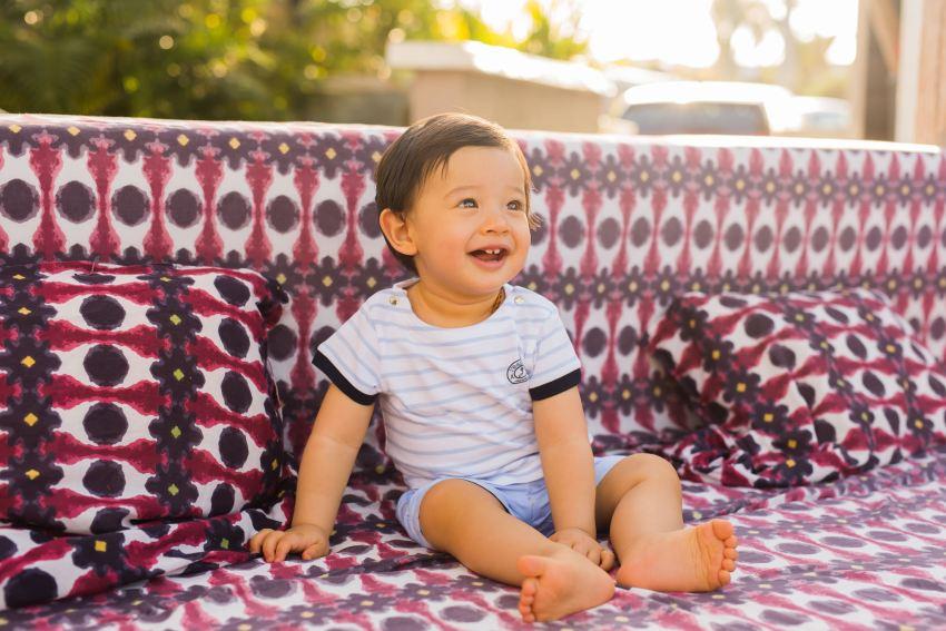 Un enfant heureux lors d'une séance famille pour son premier anniversaire