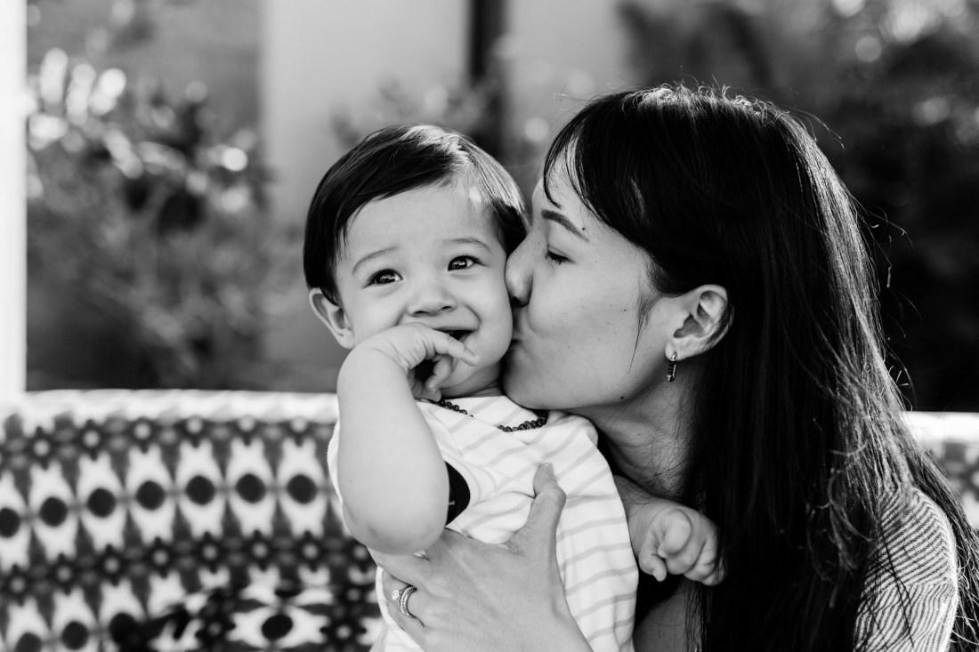 Moment tendre lors d'une séance famille entre une maman et son fils