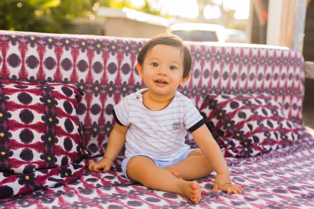 Des photos naturelles d'un petit garçon lors d'un séance famille à la Réunion