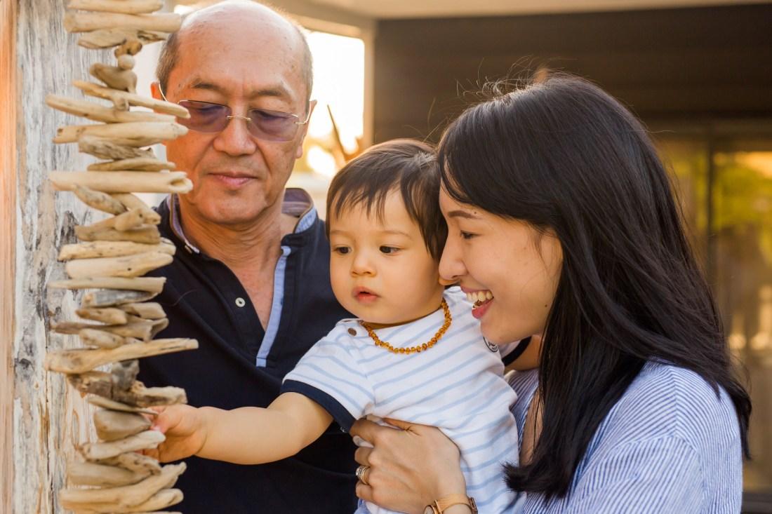 Une famille lors d'une séance par un photographe professionnel