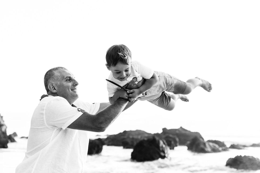 Un enfant qui s'amuse avec son papa lors d'une séance famille