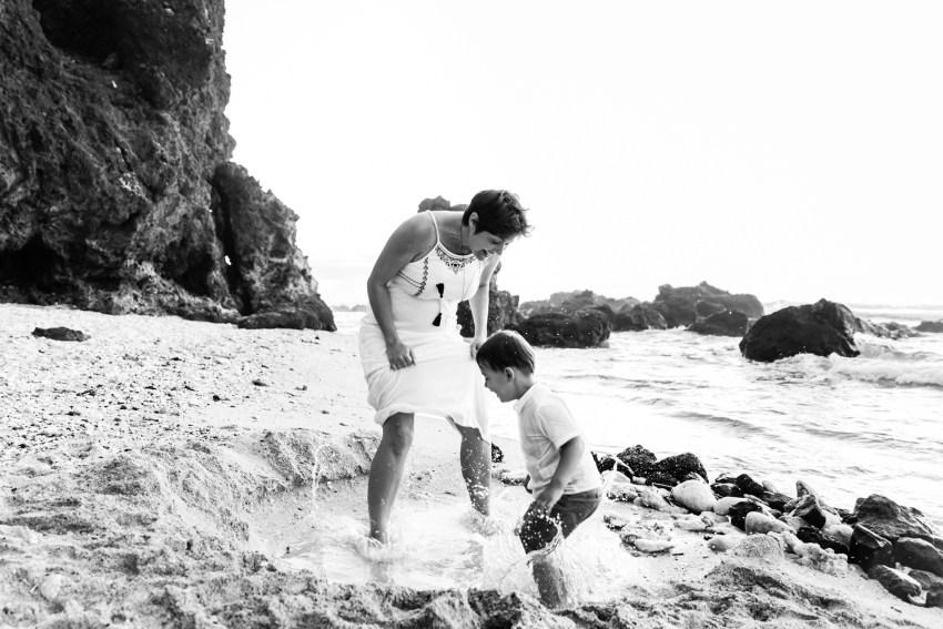 Un petit garçon et sa maman qui s'amuse lors d'une séance famille sur la plage