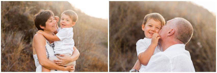 Un petit garçon dans les bras de sa maman et son papa lors d'un shooting photo à la Réunion