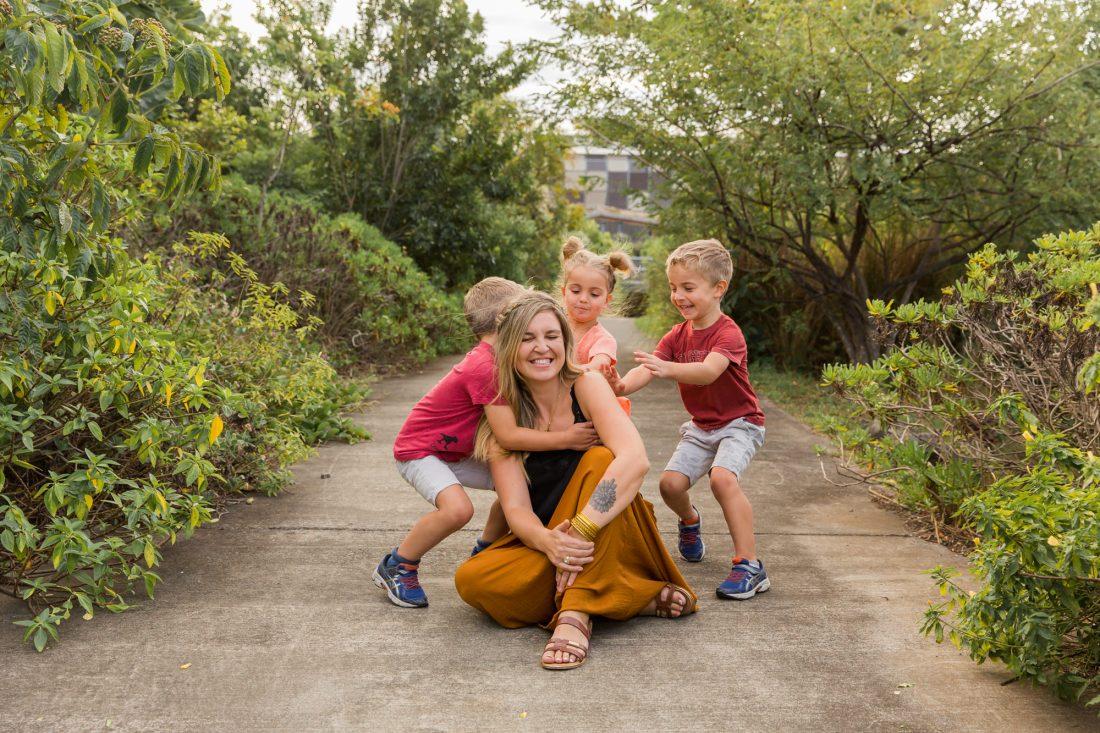 Une famille qui rigole lors d'une séance photo famille